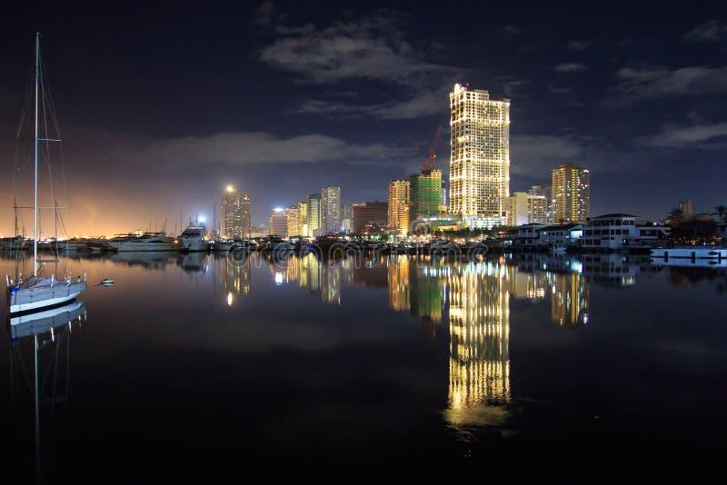 夜在马尼拉海湾的城市scape 免版税库存图片