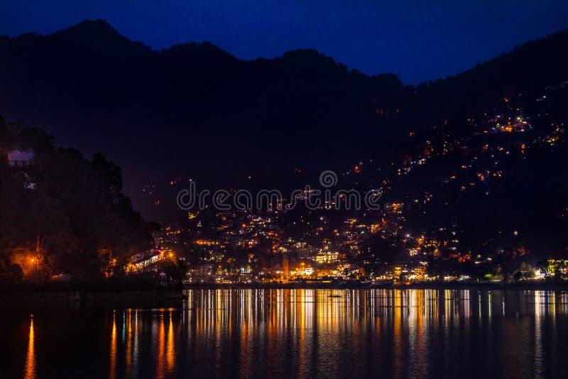 夜在Hiamalayan湖边镇 免版税库存图片