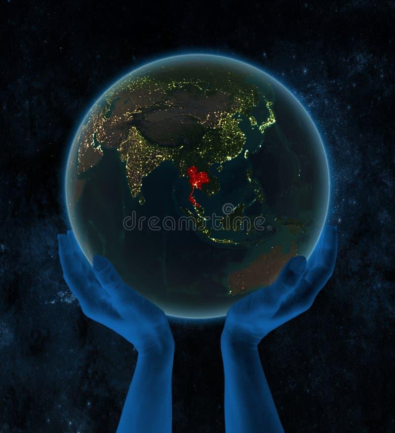 夜地球上的泰国在空间的手上 皇族释放例证