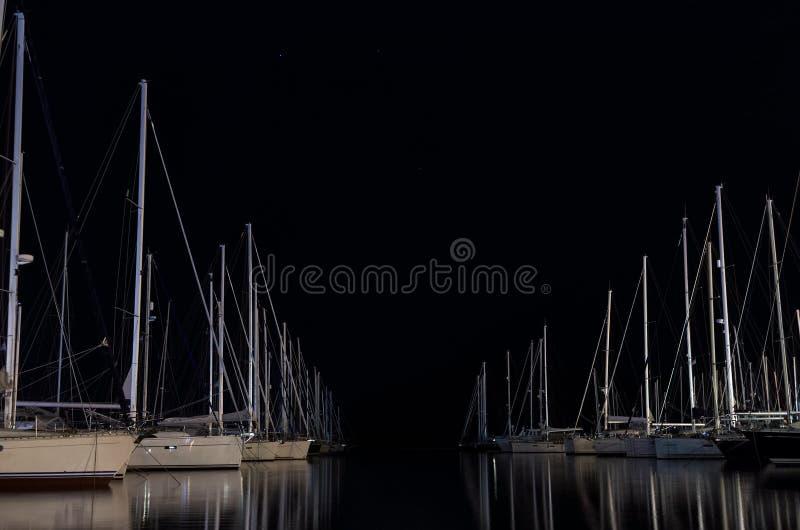 夜场面在有被停泊的游艇的小游艇船坞,在莱夫卡斯州海岛,希腊 免版税图库摄影