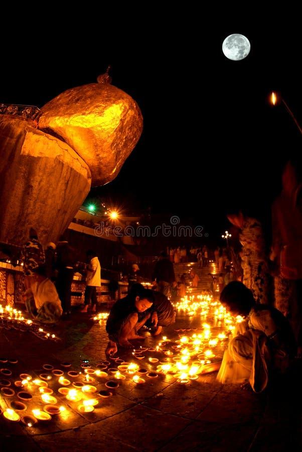 夜场面Kyaikhtiyo塔在满月夜 免版税库存图片