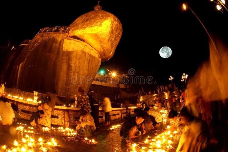 夜场面Kyaikhtiyo塔在满月夜 库存图片