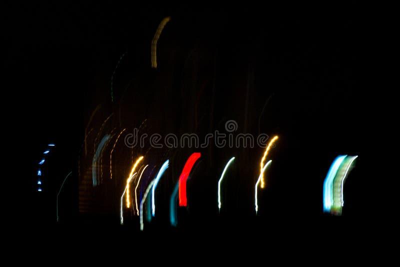夜城市点燃概念:摘要城市光被弄脏的Defocused背景发光在晚上的 免版税库存图片