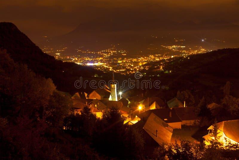 夜城市看法山的 免版税图库摄影