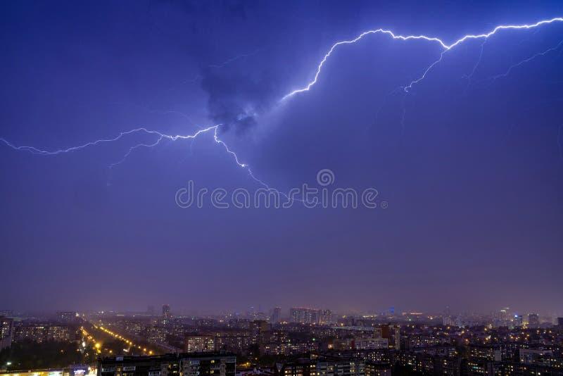 夜城的夜空中闪电 库存图片