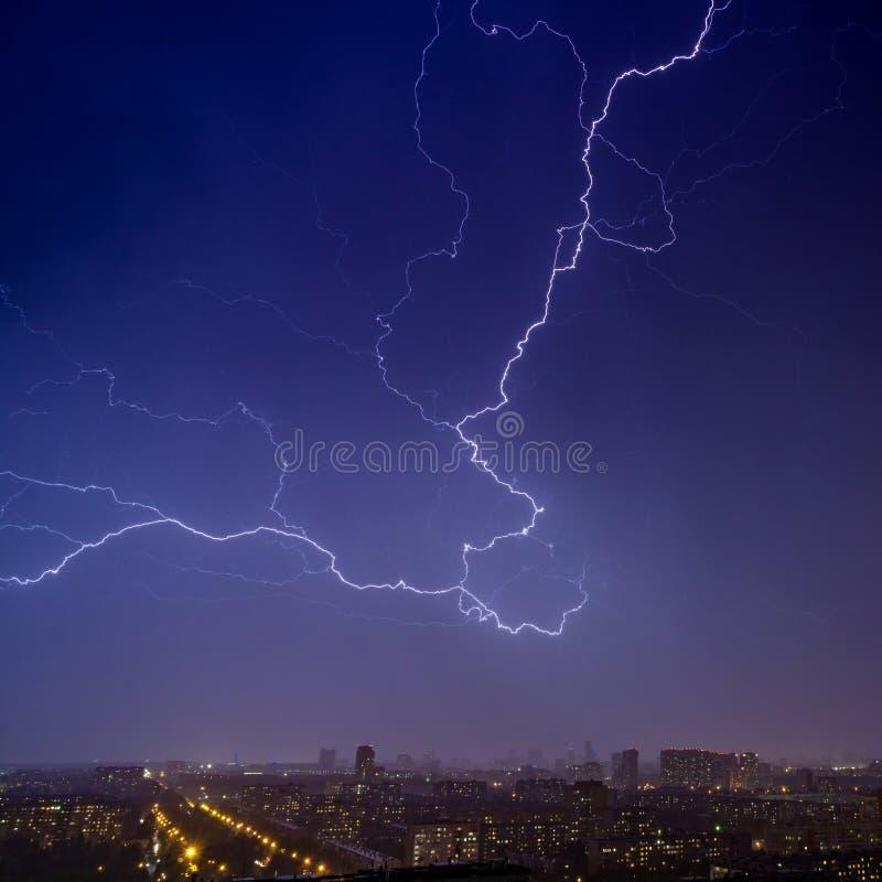 夜城2上空的夜空闪电 库存图片