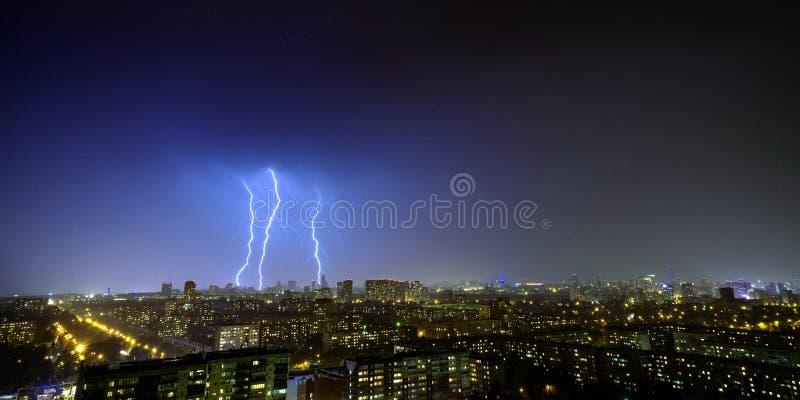 夜城3夜空中闪电 图库摄影