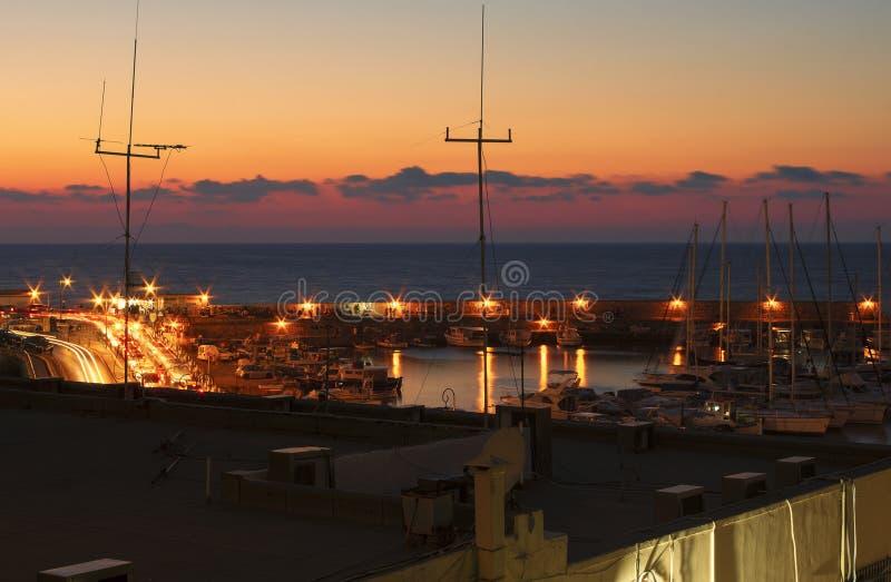 夜堤防和海湾在伊拉克利翁在蓝色小时 免版税库存照片