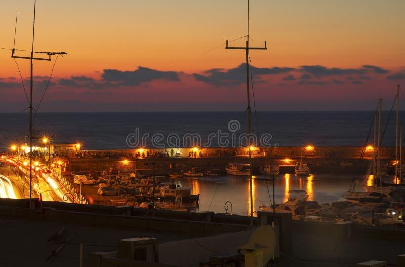 夜堤防和海湾在伊拉克利翁 免版税库存照片