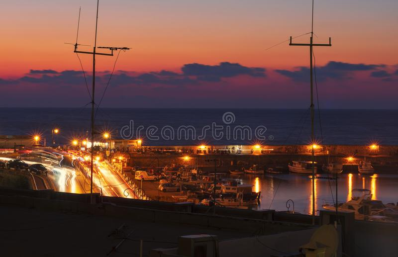 夜堤防和海湾在伊拉克利翁 库存图片