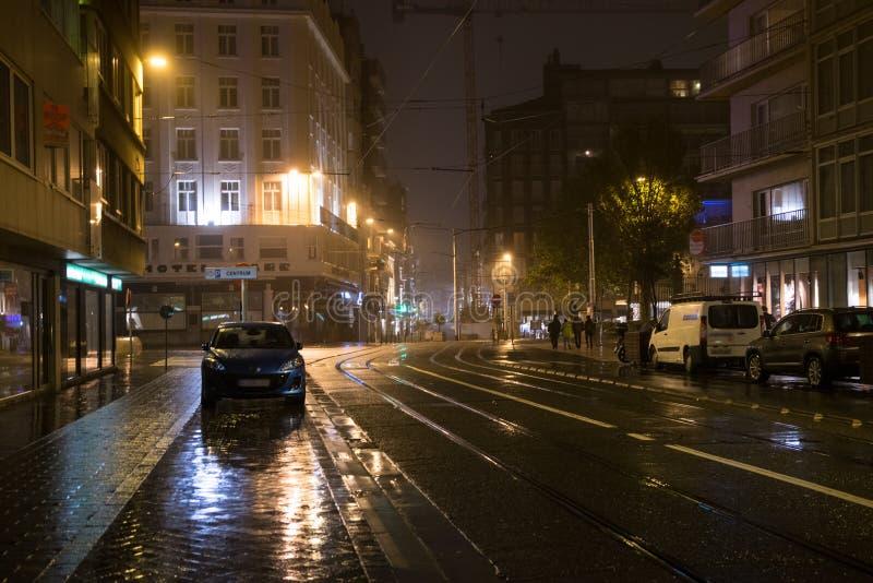 夜多雨街道在奥斯坦德,在操场,奥斯坦德,比利时附近的BelgiuFence 免版税库存图片