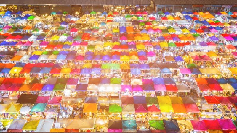 夜多颜色鸟瞰图跳蚤市场屋顶上面 免版税图库摄影