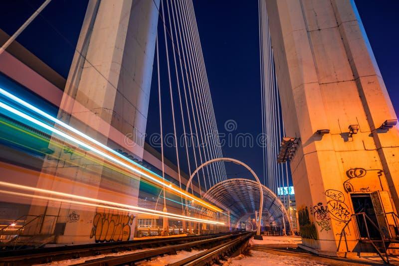 夜射击了与通过和离开ligh的电车的长的曝光 免版税图库摄影