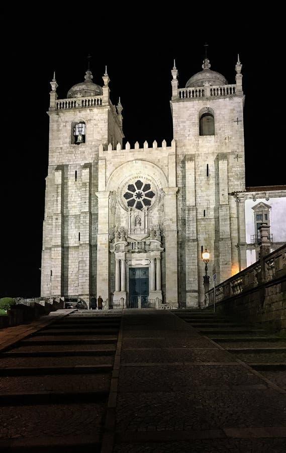 夜射击了波尔图` s大教堂在波尔图,葡萄牙 免版税库存图片