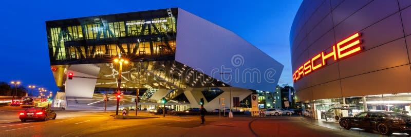 夜德国横幅商标architectu的保时捷博物馆斯图加特 库存照片