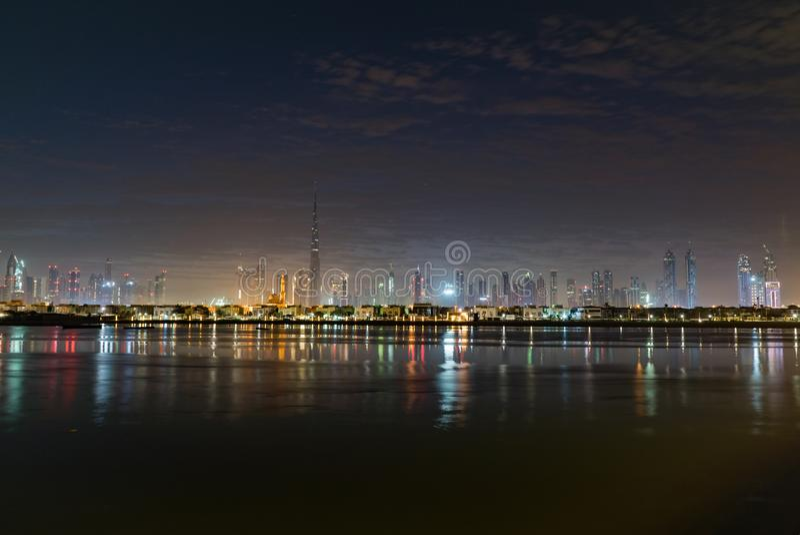 夜或黄昏在迪拜 在哈里发塔的黎明 每夜的迪拜街市 看法从海到迪拜码头 库存照片