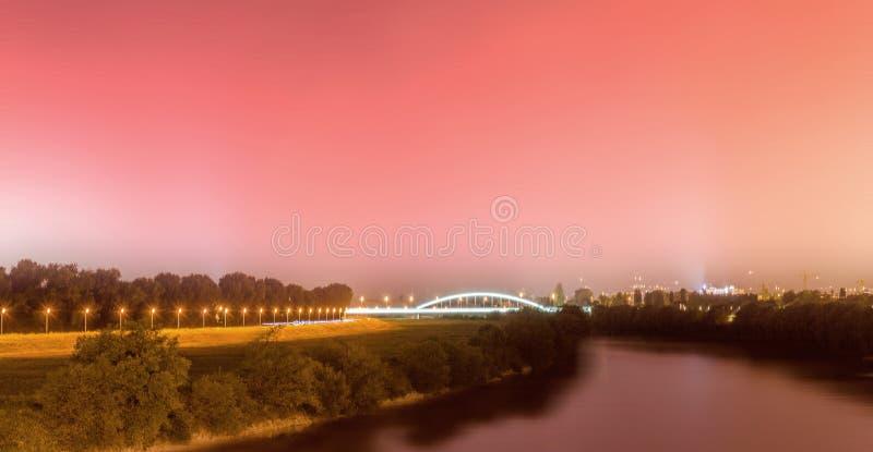 夜摄影在萨格勒布 看在河Sava和所谓的亨德里克斯brigde 免版税库存图片