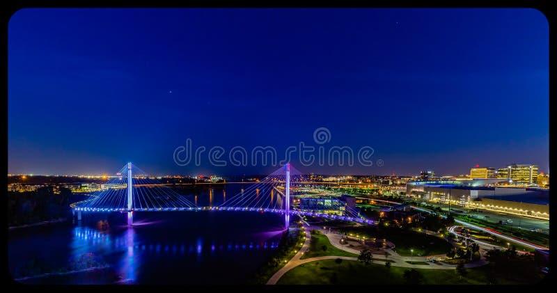 夜景鸟瞰图鲍伯克里步行桥和街市奥马哈内布拉斯加 库存图片