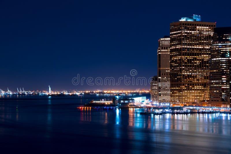 夜曼哈顿和自由女神像 库存图片