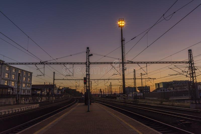 夜有从平台的光视图在夏天在布拉格 免版税库存照片