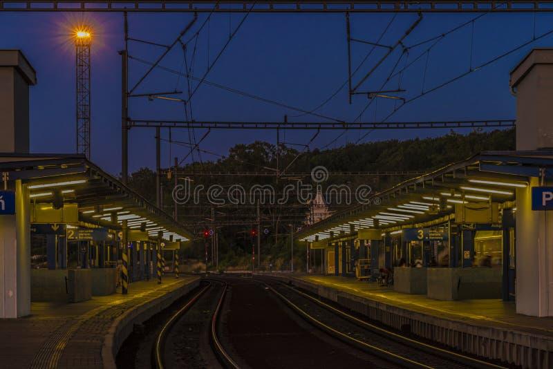 夜有从平台的光视图在夏天在布拉格 免版税库存图片