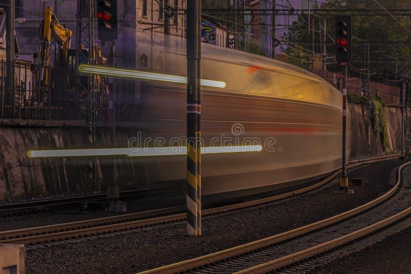 夜有从平台的光视图在夏天在有客车的布拉格 库存图片