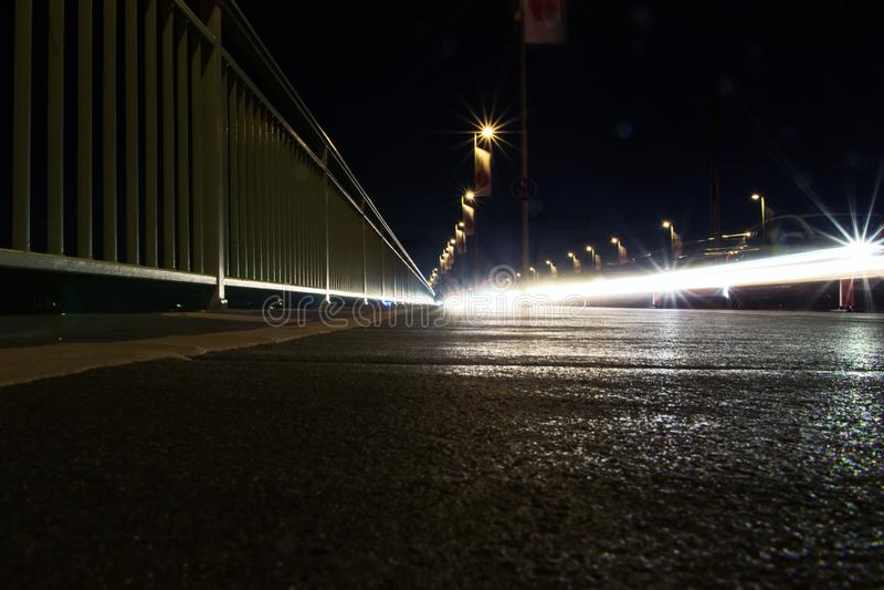 夜有追踪者的,科隆,德国红绿灯 免版税库存图片