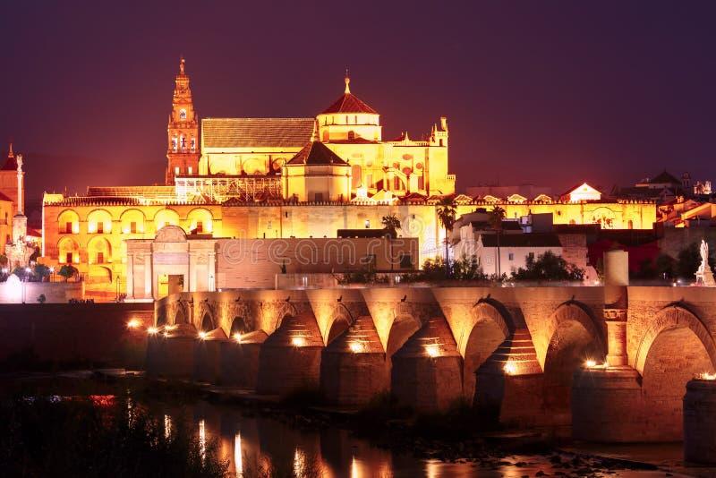 夜梅斯基塔和罗马桥梁在科多巴,西班牙 库存照片