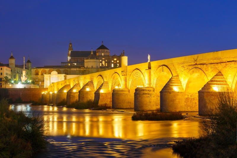夜梅斯基塔和罗马桥梁在科多巴,西班牙 库存图片