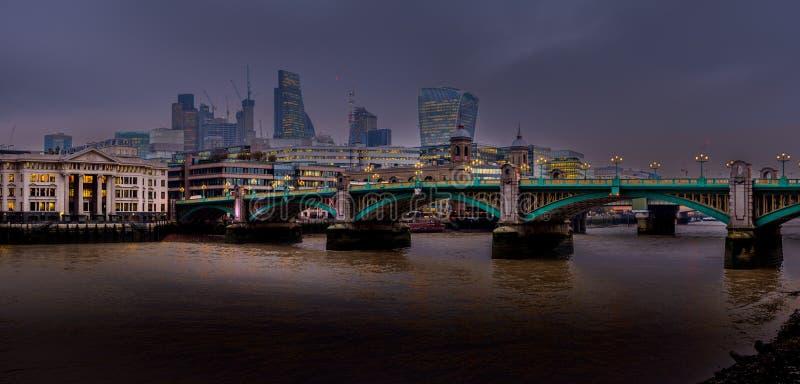 夜横跨泰晤士河降临 库存图片