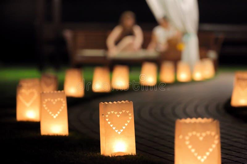 夜步行的照明设备道路在有灯笼summerh的庭院里 免版税库存图片