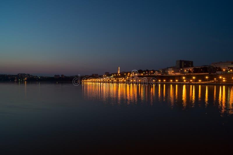 夜池塘的风景 免版税库存照片