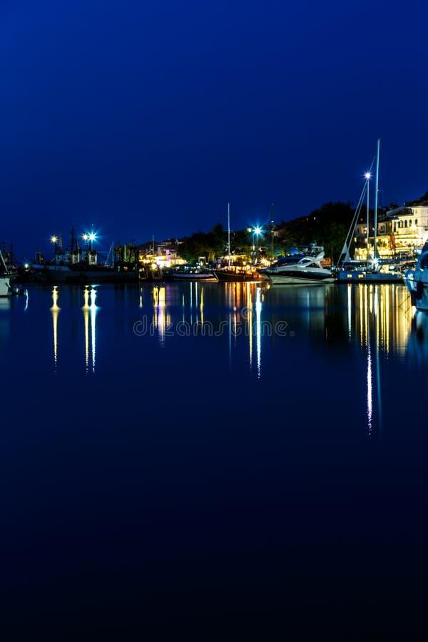 Download 夜海游艇船坞 库存照片. 图片 包括有 乘快艇, 旅行, 风船, 反映, 夏天, 海运, 日落, 端口, 蓝色 - 72361258