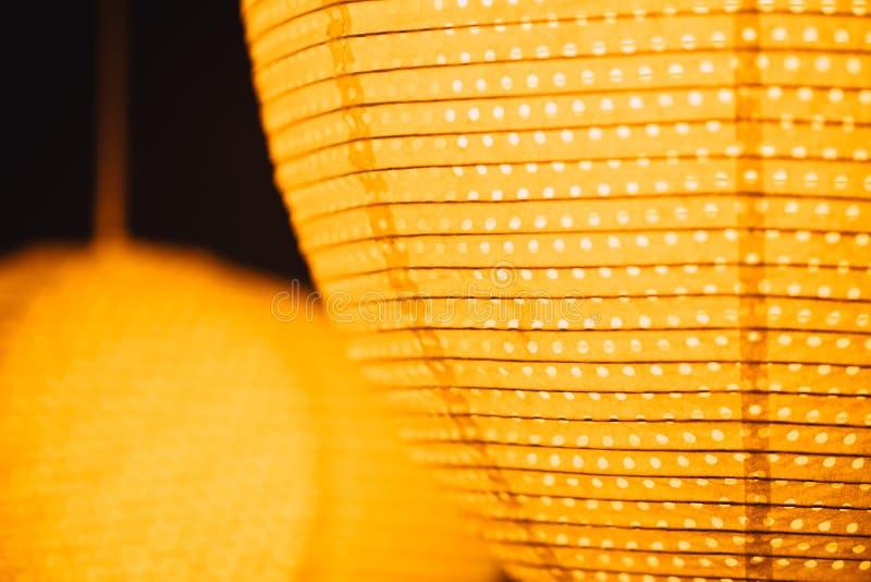 夜照明设备在节日街道的纸灯 免版税图库摄影