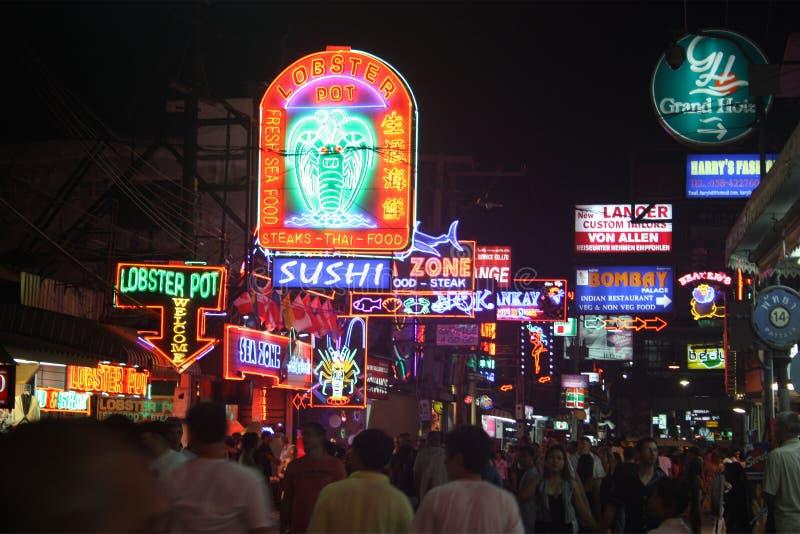 夜生活pattaya街道泰国走 免版税库存照片