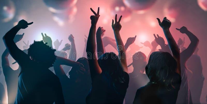 夜生活和迪斯科概念 青年人在俱乐部跳舞 库存照片