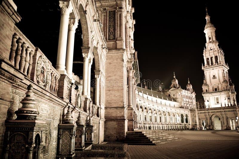 夜的光在Plaza De西班牙在塞维利亚,美妙的春天夜 免版税库存图片