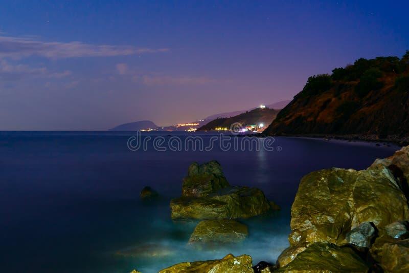 夜石头由海浪洗涤 长期风险 免版税图库摄影