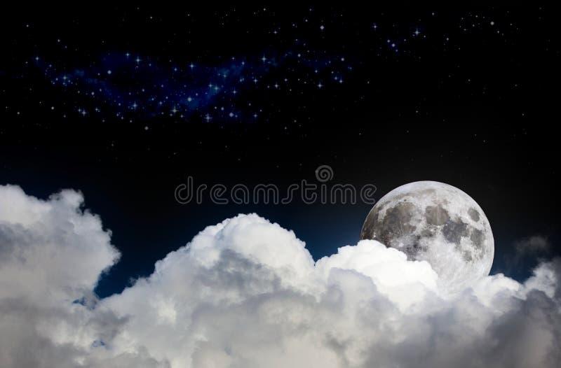 夜空与白色云彩、满月和遥远的星的场面大模型 免版税库存照片