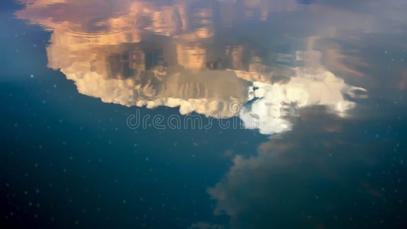 夜空反射水表面上 库存照片
