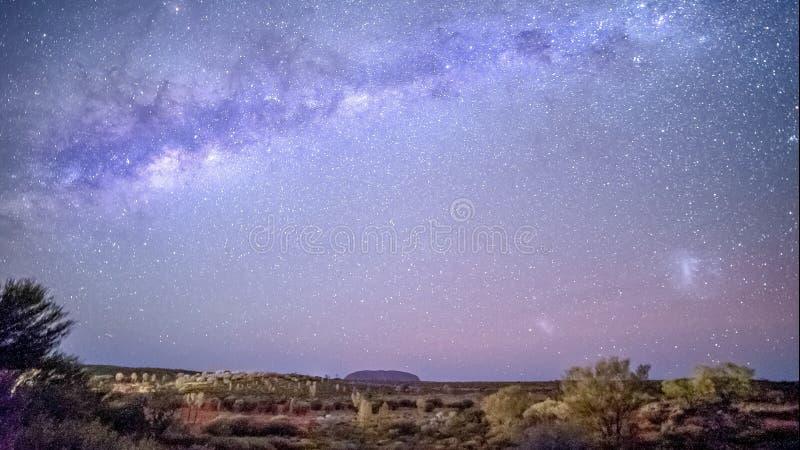 夜空和银河在uluru艾瑞斯岩石在北方领土 免版税库存照片