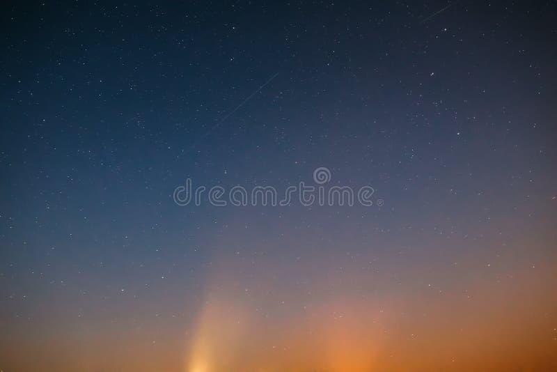 夜空担任主角与自然五颜六色的梯度的背景 日落 免版税库存照片