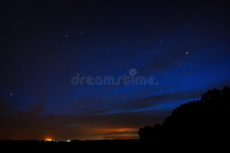 夜空星形 与云彩的明亮的日落 宇宙空间 库存图片