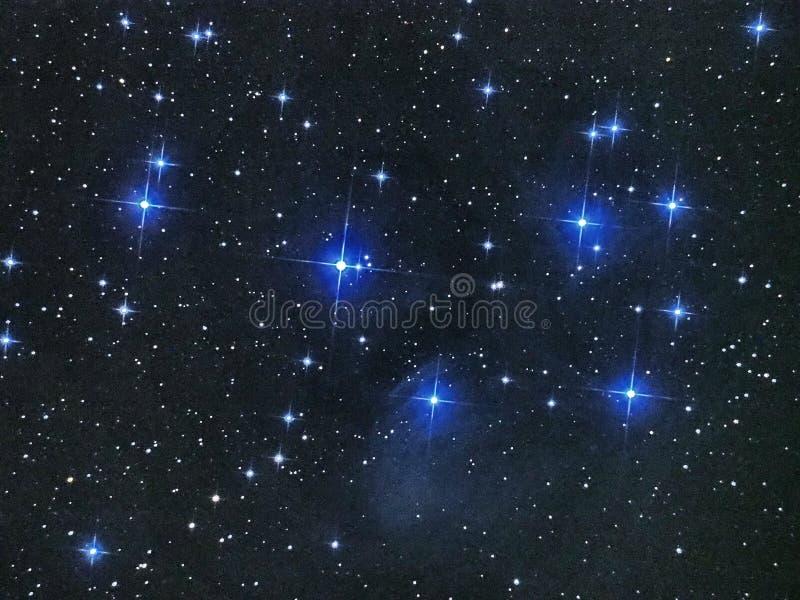 夜空星pleiades打开在金牛座星座的星团M45 免版税库存照片