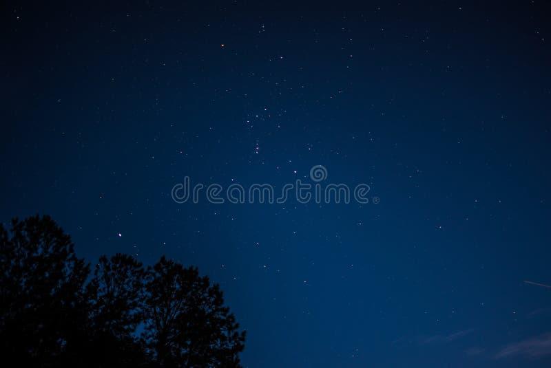 夜空的美丽的射击与许多惊人的光亮的可看见的星的 免版税库存图片