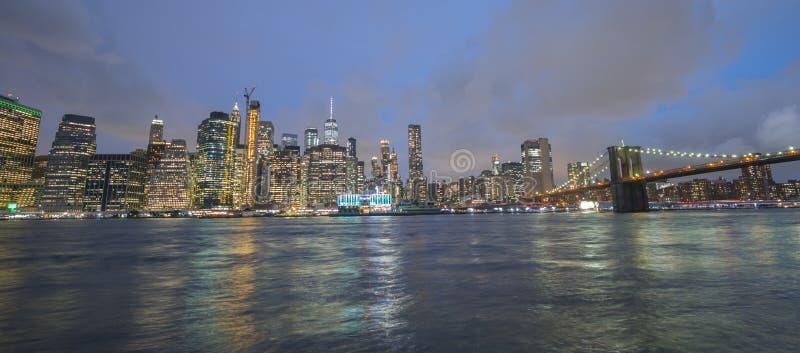 夜纽约的宽看法 被看见的曼哈顿下城和布鲁克林大桥 图库摄影