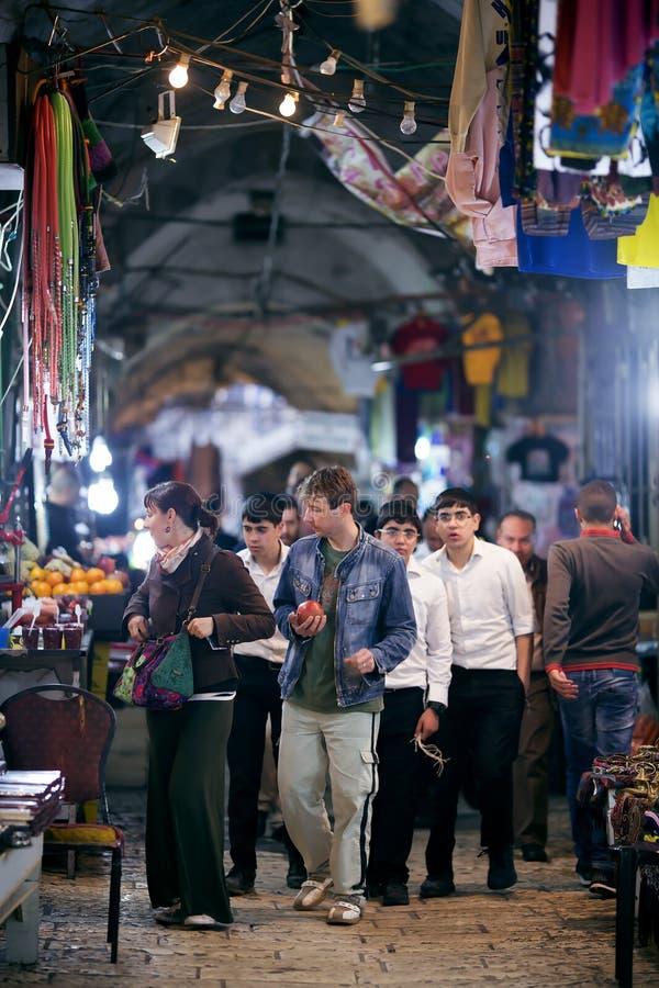 夜老义卖市场的顾客在耶路撒冷 图库摄影