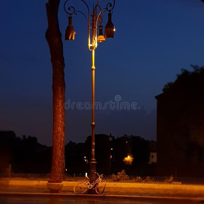 夜自行车在罗马 免版税库存照片