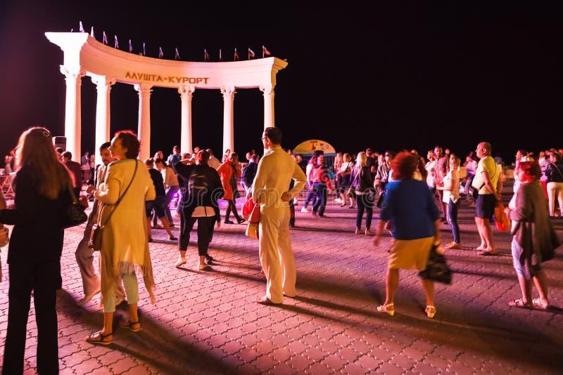 夜舞会的游人在阿卢什塔市 图库摄影