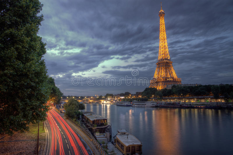 Download 夜艾菲尔铁塔 编辑类库存照片. 图片 包括有 户外, 围网, 天空, 河沿, 城市, lit, 风险, 埃菲尔 - 62527893